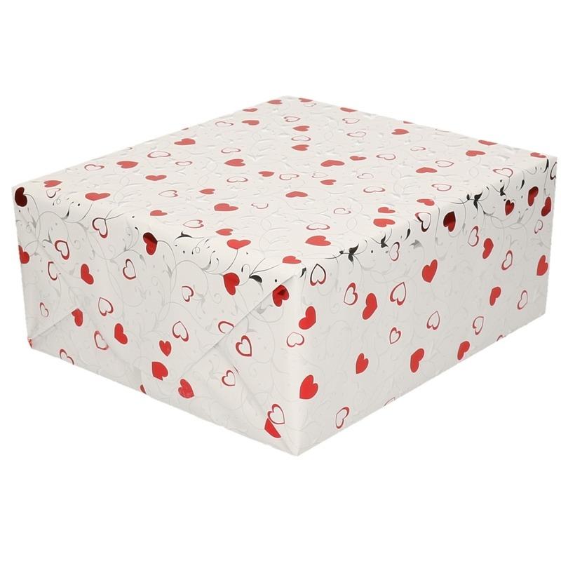 Inpakpapier/cadeaupapier metallic wit hartjes 150 x 70 cm
